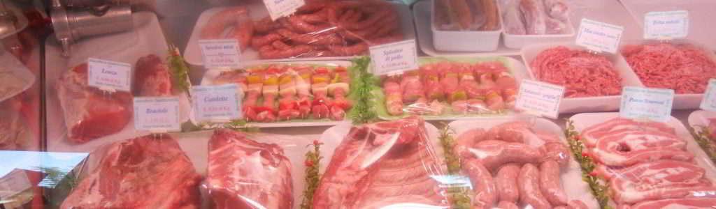 Carne suino nel banco macelleria di Gianni Macelàr a Sesto Calende
