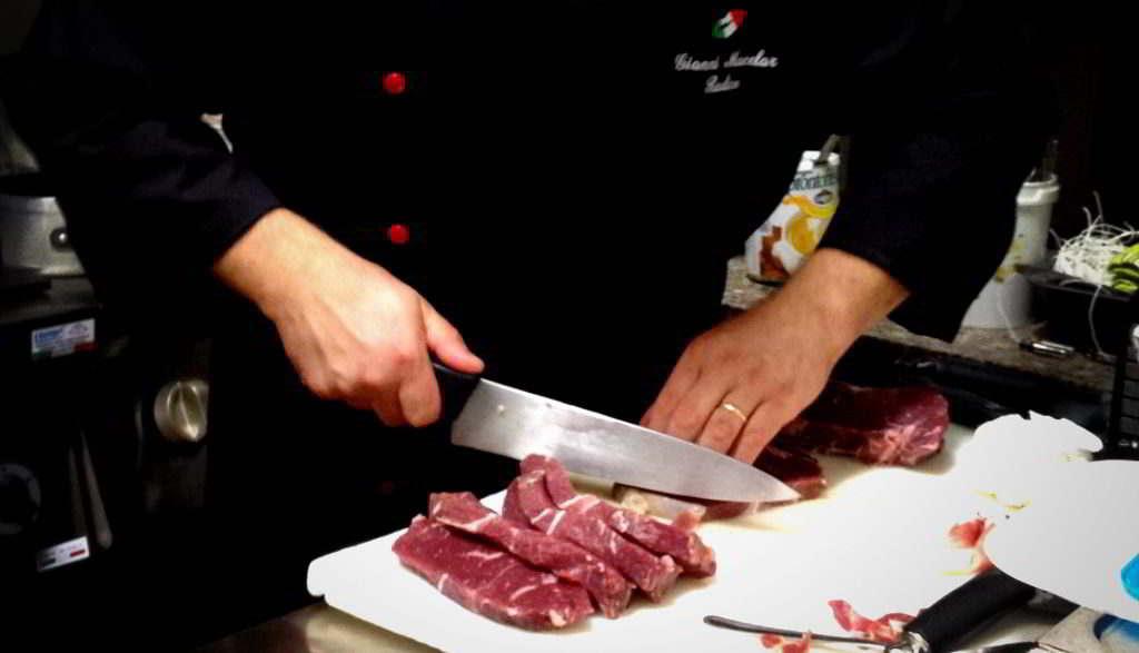 Gianni Radice che taglia carne frollata