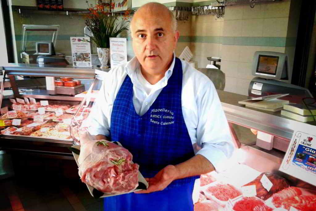 Gianni Macelàr nella macelleria di Sesto Calende