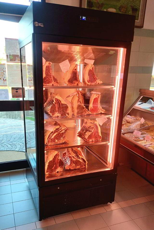 Refrigeratore maturazione carne Maturmeat® e Gianni Macelàr nella macelleria Gianni Radice a Sesto Calende